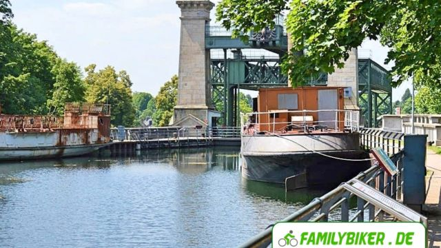 Blick auf das Hebewerk am Kanal entlang